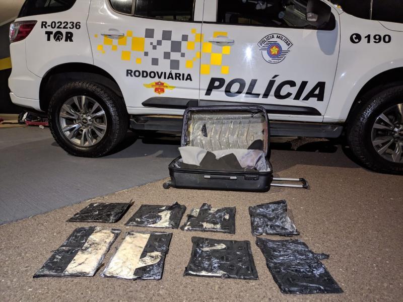 Dentro da mala foram localizadas oito placas com aproximadamente 4,330 kg de pasta base de cocaína