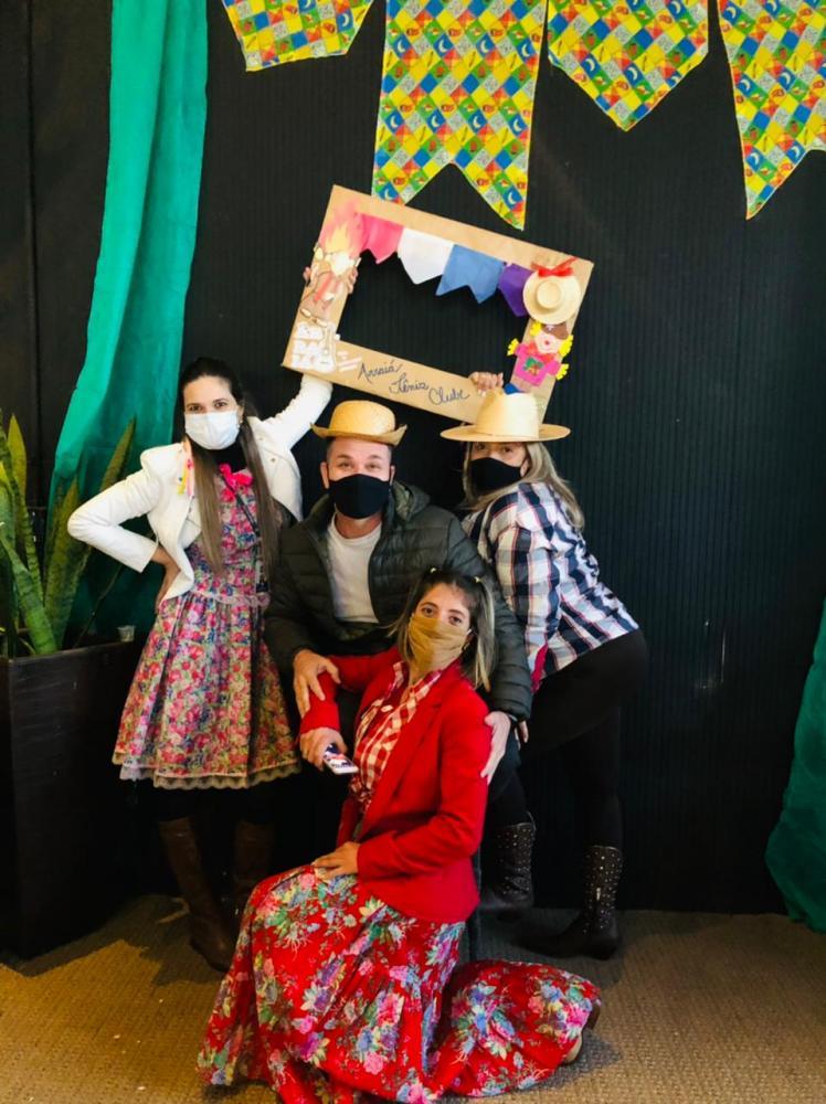 """Nara Furlan, diretora social do Tênis Clube; Mel Arraes, diretora comercial; e Liliane Breda, gerente comercial; com o professor Nélio de Paula, em torno da """"mesa julina"""" dessa semana"""
