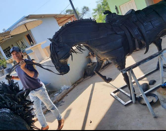 Marcos e seu cavalo em tamanho real, uma das grandes e impressionantes peças