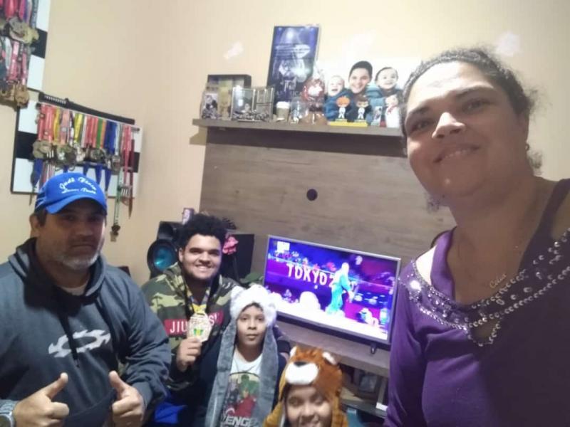 Ailton e sua família, Célia, Gabriel, Rafael e Lucas assistindo uma das lutas do judô na quarta-feira
