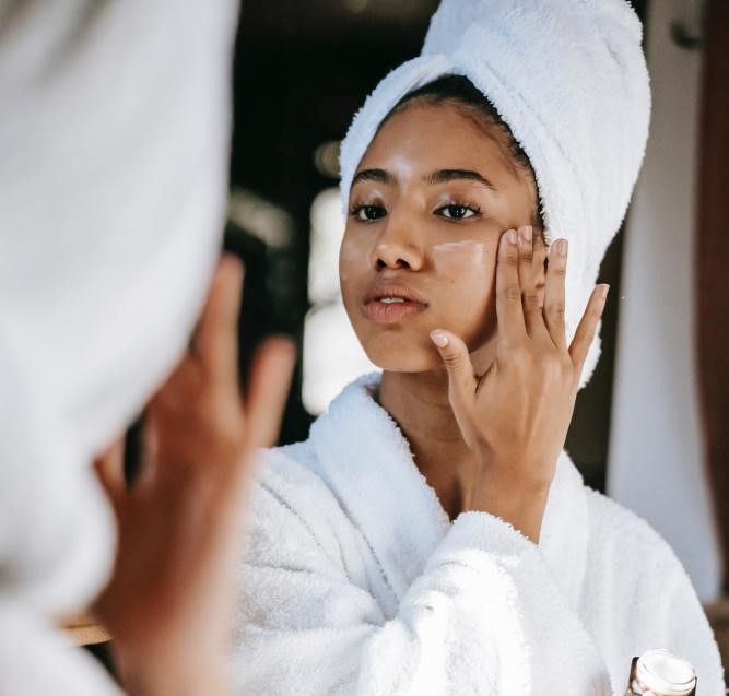 Ideal é passar hidratante imediatamente após o banho, orienta dermatologista