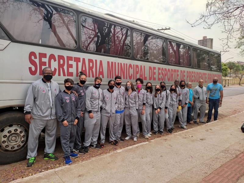 Atletas e comissão técnica antes de embarcarem para São Paulo, na tarde de hoje