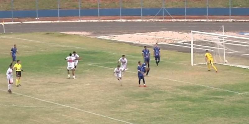 Luis Eduardo, ágil camisa 7 da Santacruzense, precisou finalizar 3 vezes no mesmo lance para poder garantir o 2 a 0