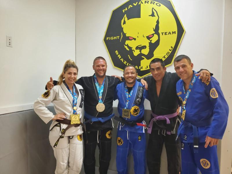 Navarro (ao centro) e seus alunos conquistaram bons resultados em competição na Flórida