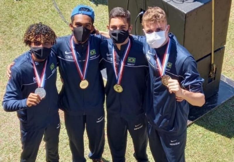 Quarteto fantástico: Eronzinho (boné azul) e os colegas do revezamento 4x100, com o ouro no pescoço