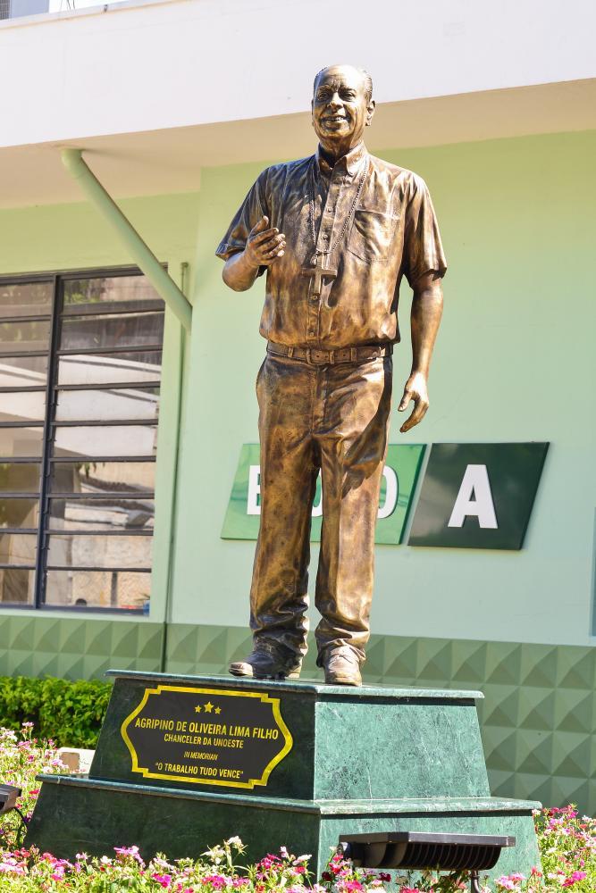 Ector Gervasoni e Marcelo Gomes:Estátua do professor Agripino em frente ao primeiro bloco construído no campus I da Unoeste