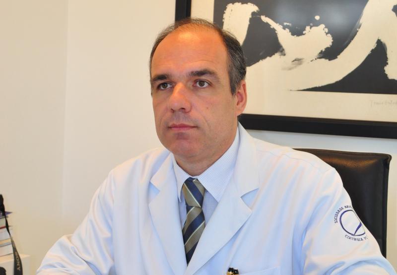 """Marcio Oliveira - Dênis: """"Único profissional habilitado é o cirurgião plástico"""""""