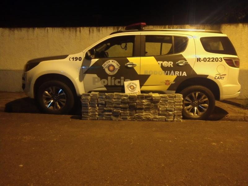 PMR - Polícia Rodoviária contabilizou 130 tabletes de cocaína escondidos no caminhão