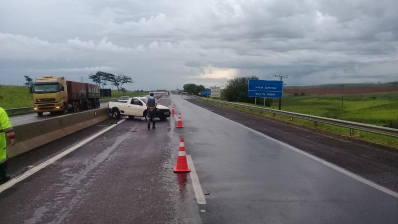 Polícia Militar Rodoviária - Carro capotou depois de atingir defensa de concreto na rodovia
