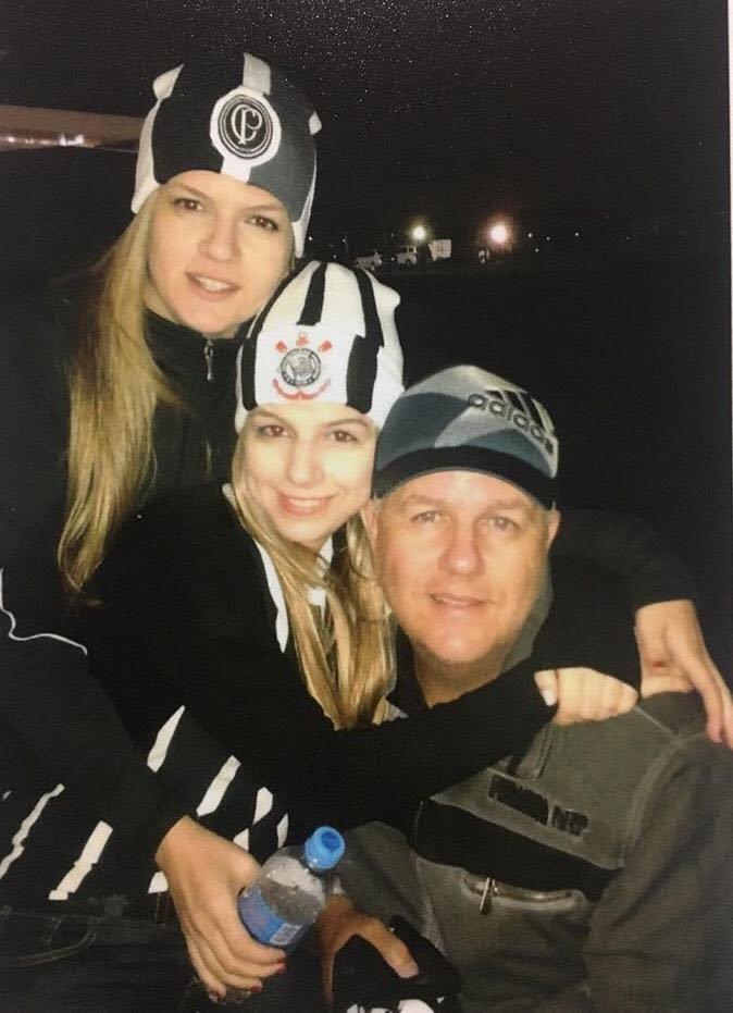 Foto: Arquivo pessoal / Letícia, sua irmã e o pai, Marco, união na torcida pelo timão, sempre