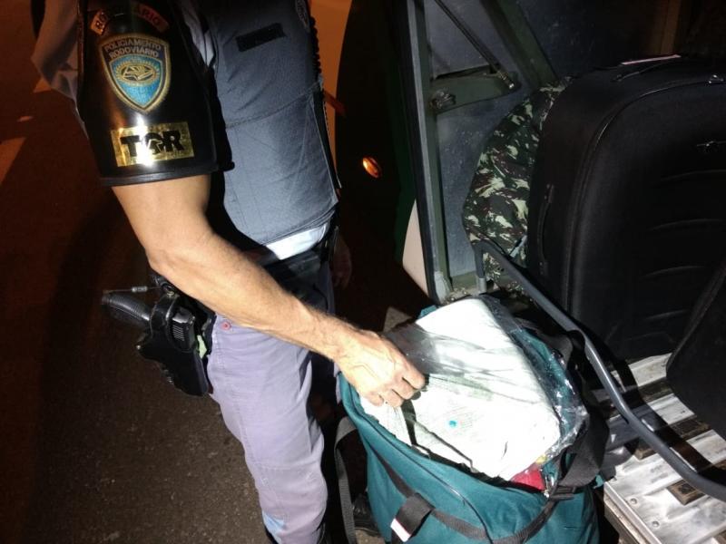 Polícia Militar Rodoviária - Drogas foram encontradas durante busca no bagageiro