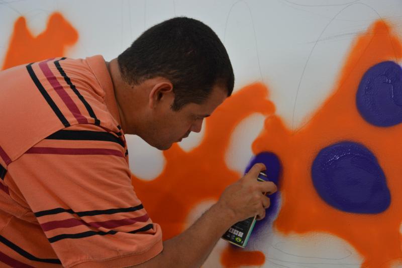Cedida/Secom:Alunos da Oficina de Artes do Cidadescola receberam de presente um mural grafitado por Anderson, artista com 5% de visão