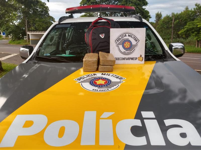 Polícia Militar Rodoviária - Drogas estavam dentro da mochila do indivíduo