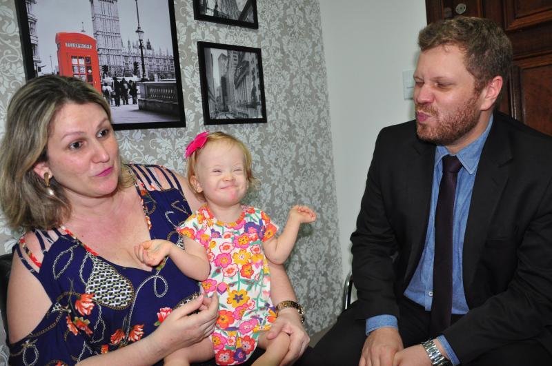 José Reis  - Pequena Júlia é pura felicidade, carisma e alegria ao lado dos pais Érica e Ricardo