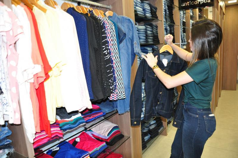 José Reis: Jaquetas jeans, calças e vestuário em tricô ganham destaque com a chegada do outono