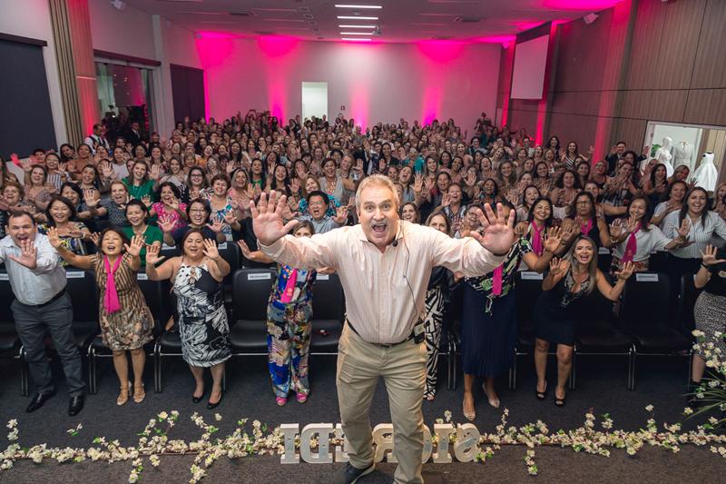 O palestrante Marcos Pulga com os 380 presentes no Sic Mulher 2019