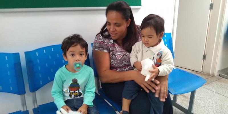 Weverson Nascimento -  Na manhã de ontem, Lívia Onimatsu levou os dois filhos para receber a vacina contra a gripe