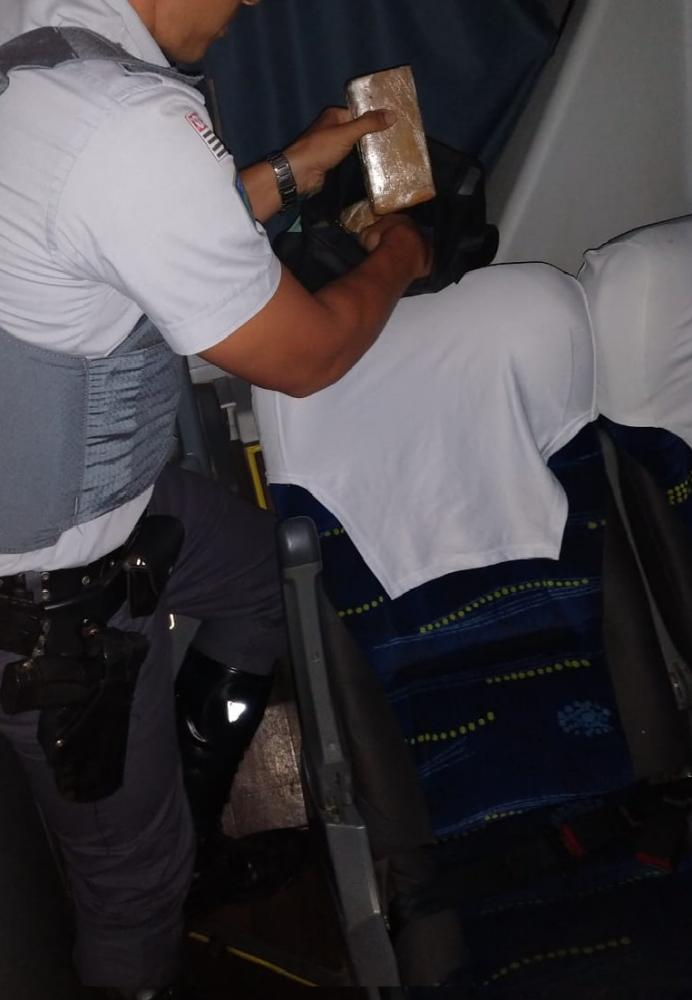 Polícia Militar Rodoviária - Maconha foi encontrada em uma mochila escondida atrás da última poltrona do ônibus