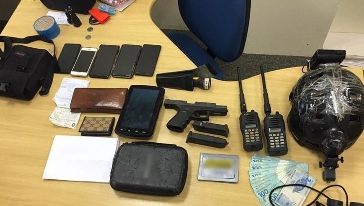 Polícia Federal - Policiais apreenderam celulares, dinheiro e documentos