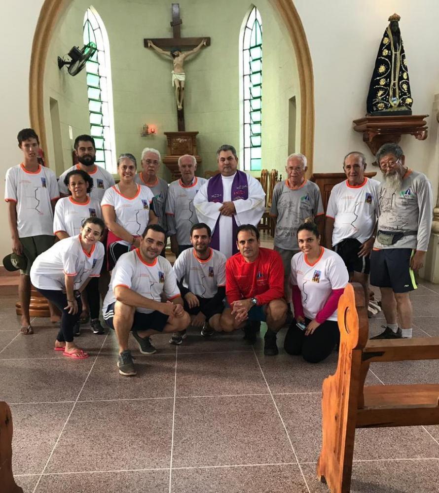 Grupo de peregrinos de Presidente Prudente foi recepcionado pelo padre Humberto, no Santuário de Santo Expedito, após 9 horas de caminhada