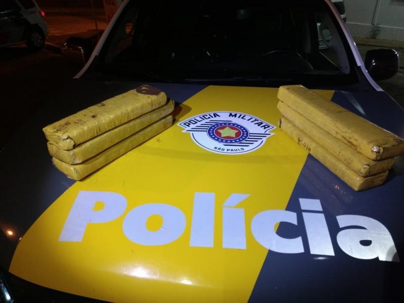 Polícia Militar Rodoviária - Drogas estavam dentro de saco preto, no interior de ônibus