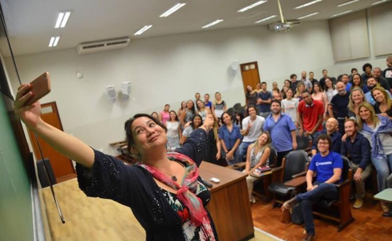 Especialista em relacionamento digital, faz selfie com a plateia de sua palestra dessa semana na Toledo Centro Universitário