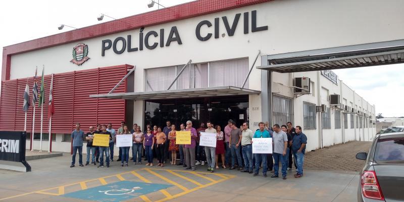 Weverson Nascimento - Protesto reuniu 40 policiais civis em frente à CPJ, ontem