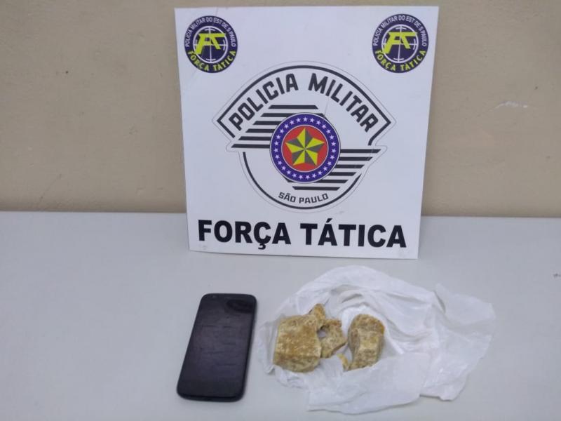 Polícia Militar:Tijolo da droga estava em plástico branco, na calha do imóvel
