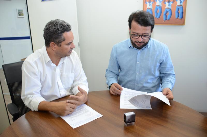 Maycon Morano/AI da Câmara Municipal - Demerson entregou pedido ao chefe de gabinete Marcos Tadeu