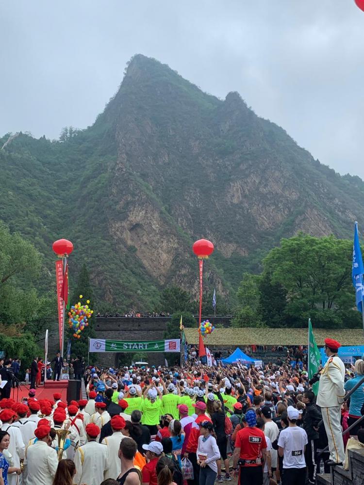 Largada da prova, na base das montanhas do vilarejo de Tianjin, a 120 km de Pequim