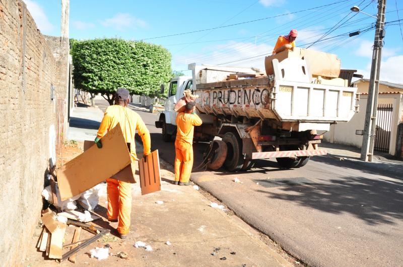 José Reis - Caminhões da Prefeitura passaram recolhendo materiais que estavam nas ruas e casas