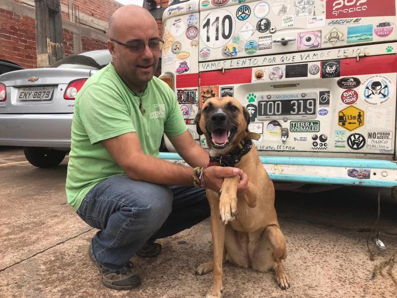 Gabriel Buosi:Claudio viaja com a companhia de Trompa, cachorra que ganhou durante viagem no Peru