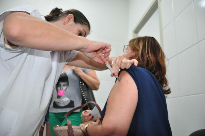 José Reis  - Palácio da Saúde recebeu munícipes até o início da tarde de ontem com as últimas doses