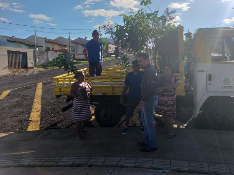 Semea:Ontem, moradores do João Domingos receberam mudas dos técnicos da pasta municipal