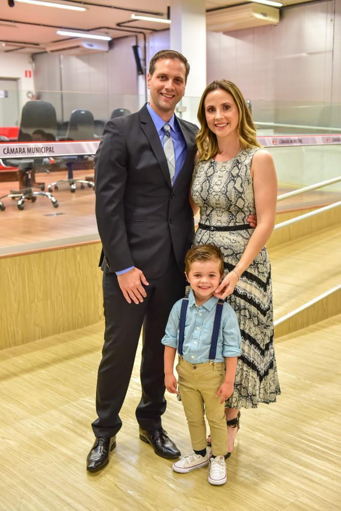 Gabriel de Oliveira Lima Carapeba com a esposa, Bruna Melo Carapeba, e seu primogênito, Miguel