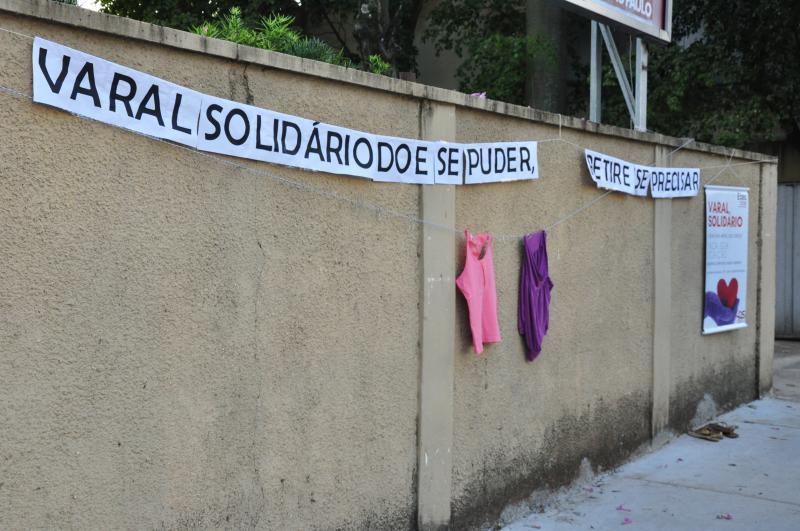José Reis - Etec disponibiliza agasalhos e cobertores em um varal em frente à unidade escolar