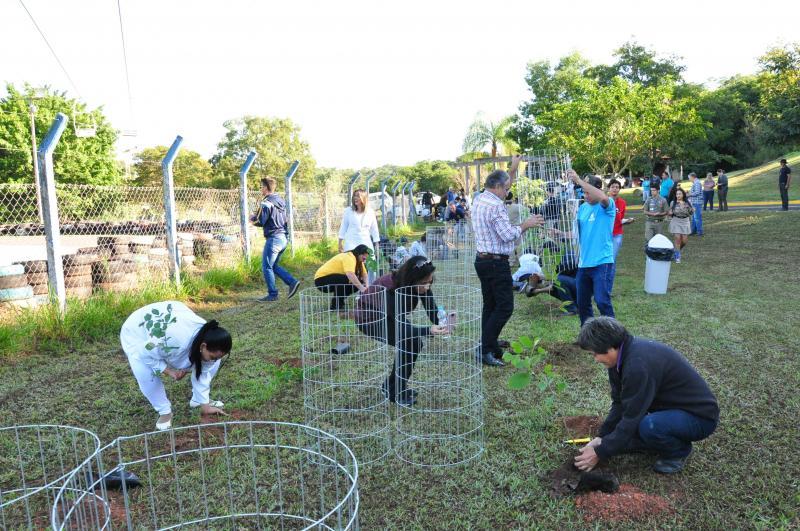 José Reis - Plantio das 200 mudas ocorreu na manhã de ontem, na Cidade da Criança