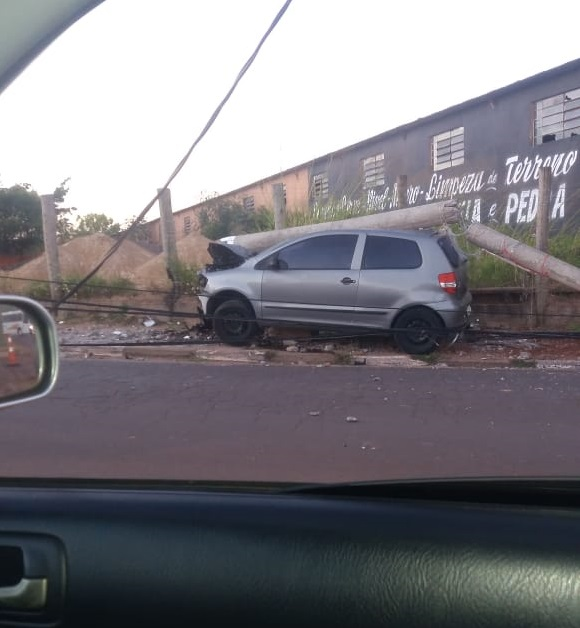Cedida:Poste caiu em cima do carro, o que causou danos na lataria