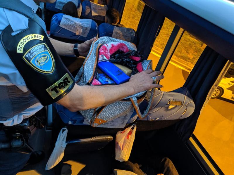 Polícia Militar Rodoviária:Passageira escondeu a droga dentro da bolsa