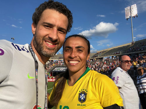 Foto: Divulgação: Nemi ao lado de Marta, considerada a maior jogadora de todos os tempos
