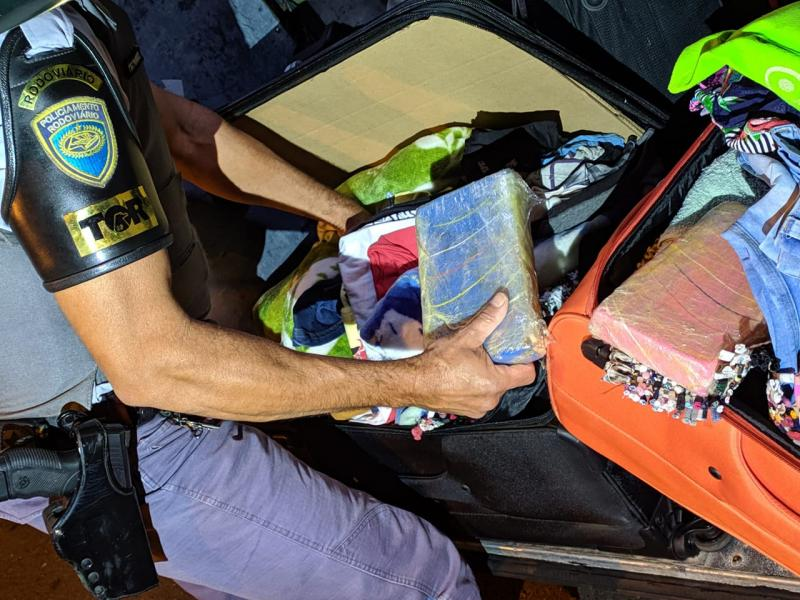 Polícia Militar Rodoviária - Tabletes de cocaína estavam no bagageiro externo do coletivo