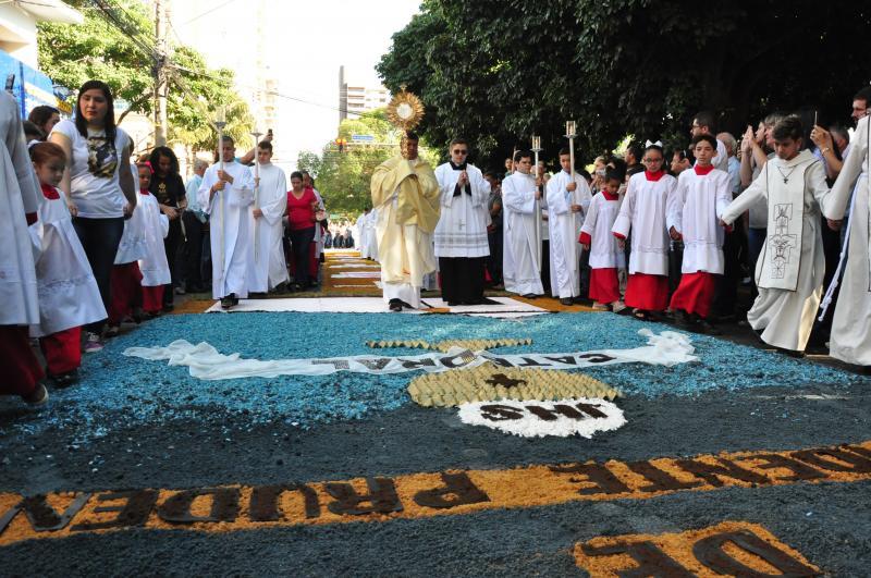 José Reis -Missa em frente à Catedral de São Sebastião reuniu fiéis ontem, que seguiram em procissão