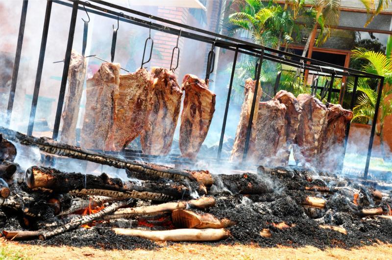 """O churrasco típico gaúcho """"fogo de chão"""" é atração aos domingos, no Terra Parque"""
