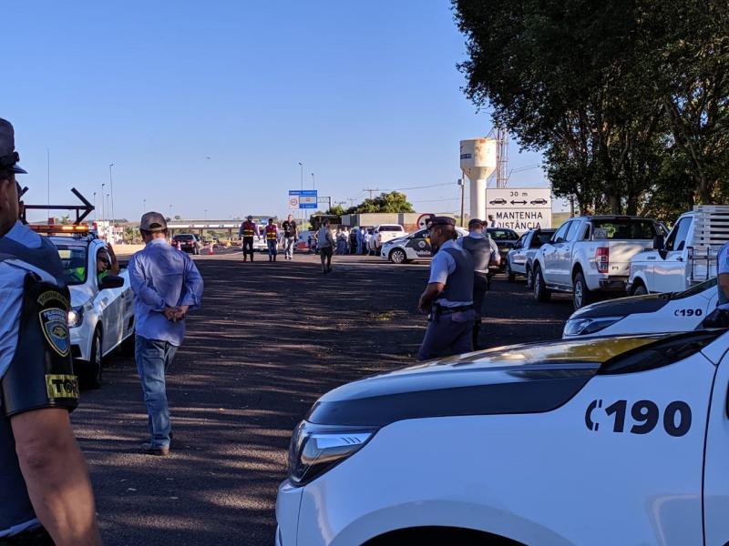 Polícia Militar Rodoviária - Moradores se concentraram às margens da rodovia