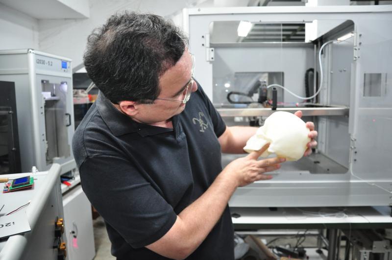 José Reis -Fernando montou oito protótipos para chegar ao modelo ideal de impressora; entre os produtos fabricados estão ossos para estudos