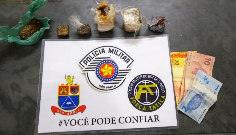 Polícia Militar -Maconha e dinheiro foram apreendidos na residência da família