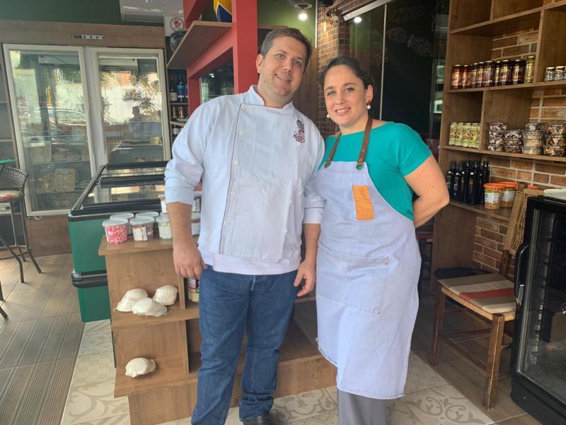 """Maciel Siqueira e Luciana, na loja do Navio Restaurante: """"clientes agora podem levar para casa alguns produtos servidos no restaurante"""""""