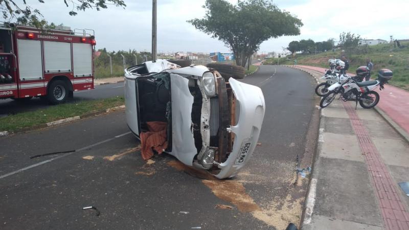 José Reis:Carro bateu na árvore e capotou na Avenida Juscelino Kubistchek