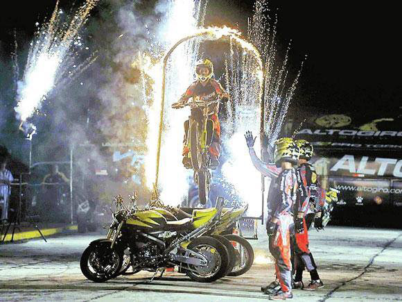 Cedida:Equipe de pilotos dá show com manobras radicais com suas motocicletas em Prudente