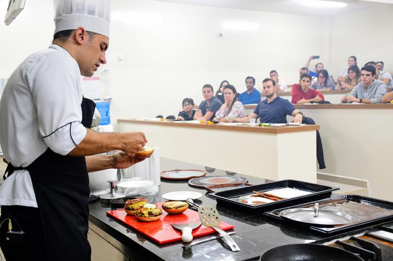 AI/Unoeste:Tradicional hambúrguer preparado em workshop da Unoeste, comandado pelo chef Guilherme Sanches Marques